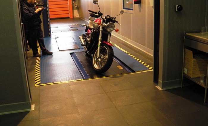 suelo taller motos - pavimento vinilico - Traficline