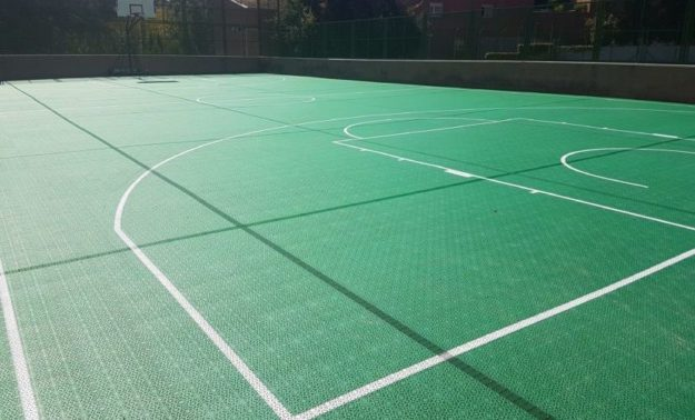 pista-baloncesto-patio-colegio